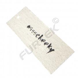 Навесная прямоугольная тканевая бирка из двунитки с необработанным краем и отверстием для крепления
