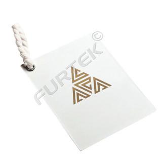 Прямоугольная бирка из мелованного картона с люверсом и тиснением фольгой цвета золото