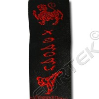 Этикетка жаккардовая вышитая 30 мм черная с красным логотипом