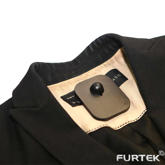 Черная рубашка с противокражным датчиком