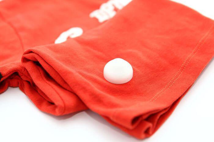 Датчки юрта белого цвета закрепленный на одежде