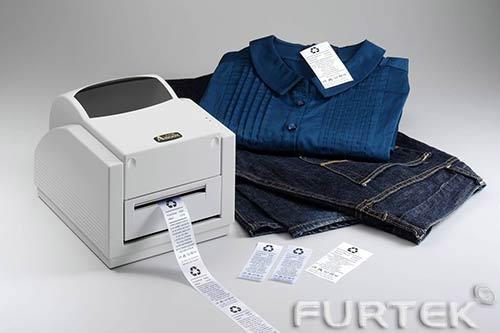 Принтер с отпечатанными этикетками и одежда