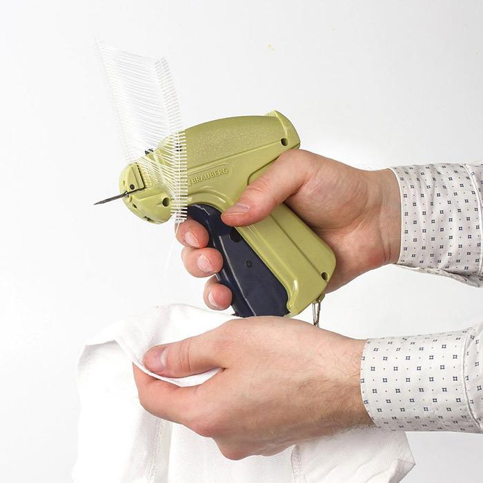 демонстрируется процесс этикетирования товара с помощью иглового пистолета