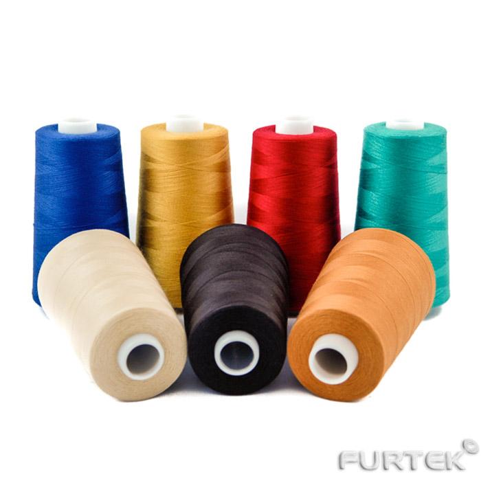 7 катушек с разноцветными нитками в намотке