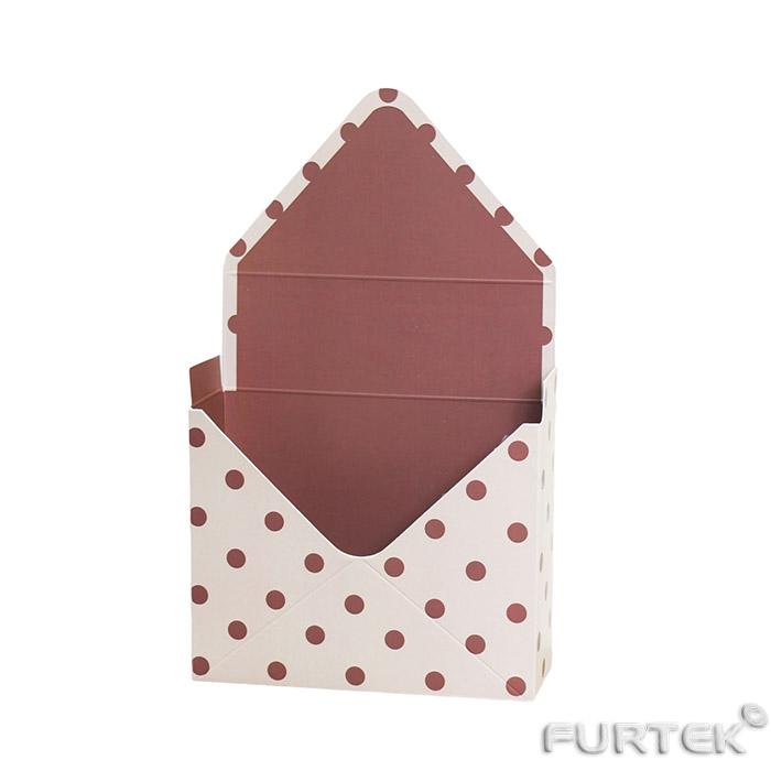 Коробка-конверт с полноцветной печатью перевязана лентой