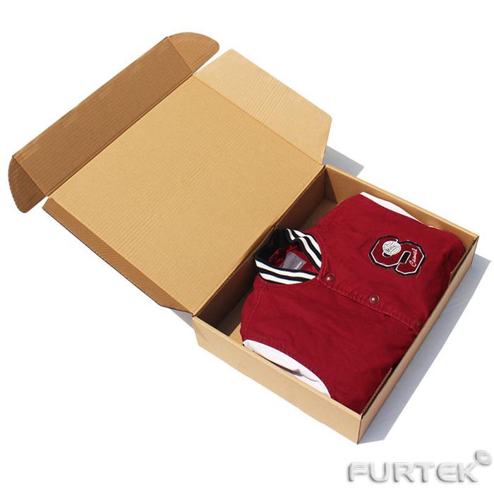 Коробка с крышкой-клапаном наверху с упакованной рубашкой