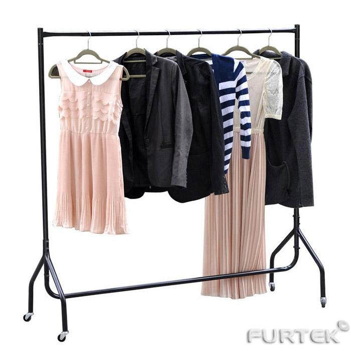 Женская одежда на вешалках