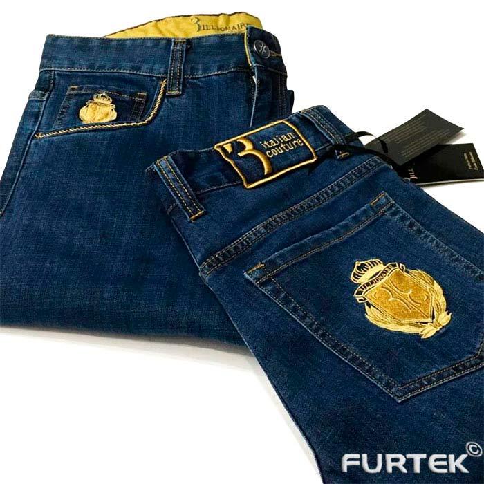 Передний карман джинсов и сверху бирка из крафт картона на держателе из бечевки без надписи