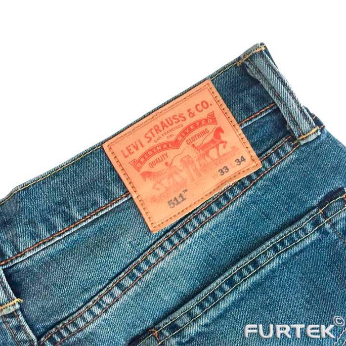 Показана кожаная бирка на джинсах под ремень. Без логотипов и надписей