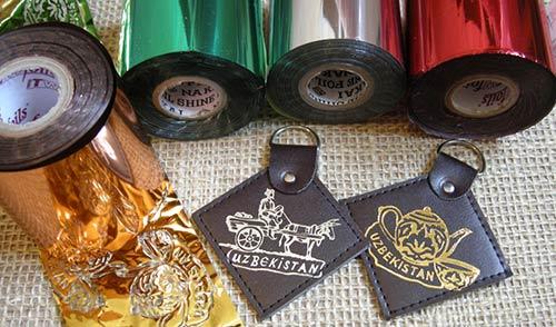 Показан пример тиснения кожаных бирок разноцветной фольгой