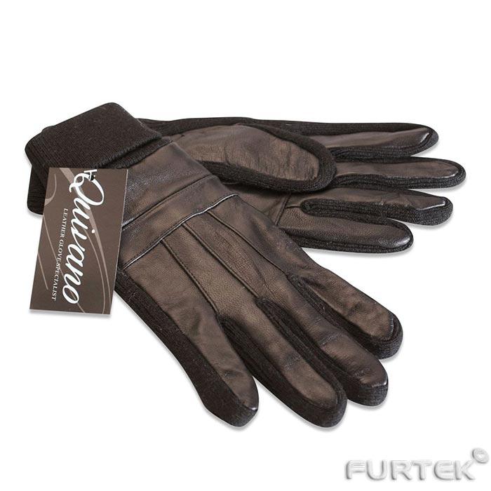 Женская кожаная перчатка надета на руку для демонстрации модели. К перчатке прикреплена пластиковая бирка красного цвета