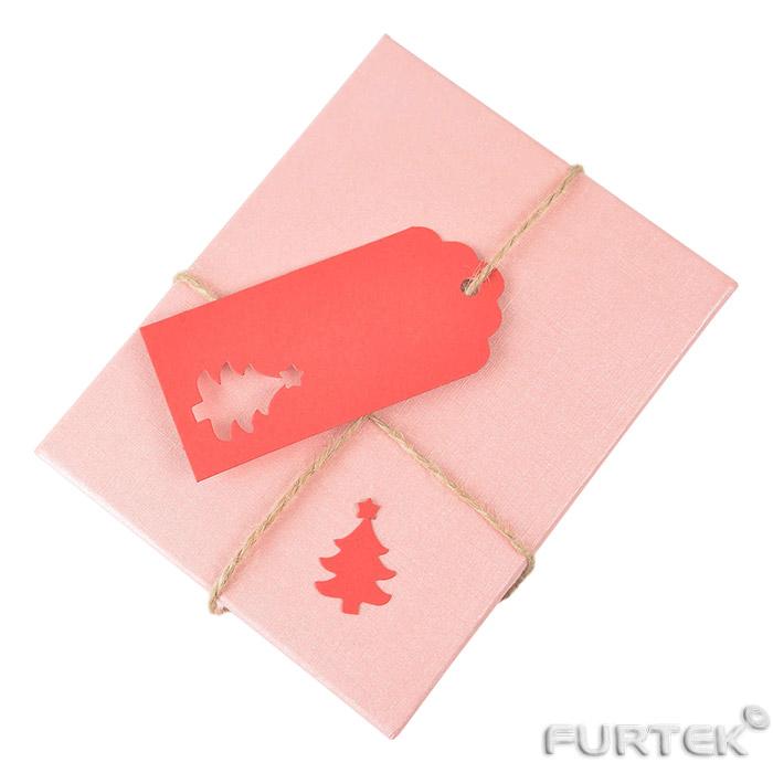 Бирки для подарков красная с вырубным отверстием на подарке