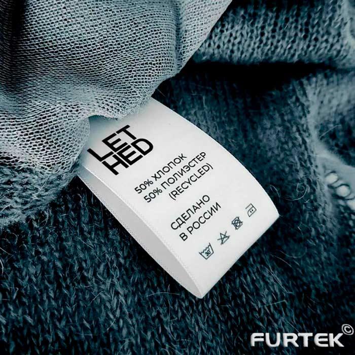 этикетки для одежды на вязаной кофте черного цвета