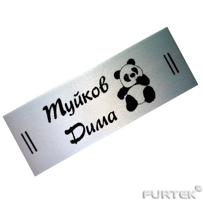 Полиэстеровая этикетка белого цвета с черным принтом