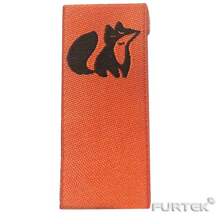 Оранжевая жаккардовая этикетка с картинкой в виде лиса черного цвета