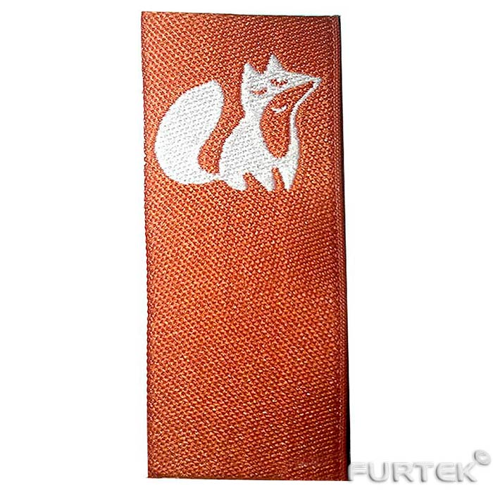 жаккардовый ярлык оранжевого цвета с изображением лиса белого цвета