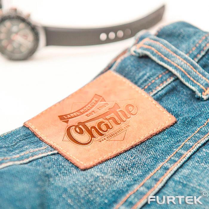 этикетка на темных джинсах
