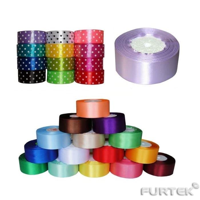 Разновидности атласных лент показан ассортимент цветов и оттенков.