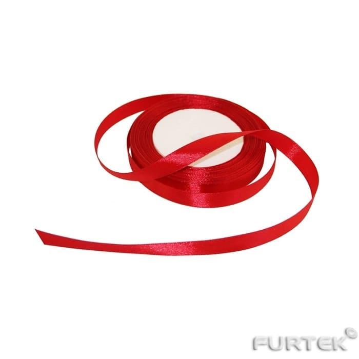 Лента с тканым краем сделана из сатина красного цвета в рулоне 200 м