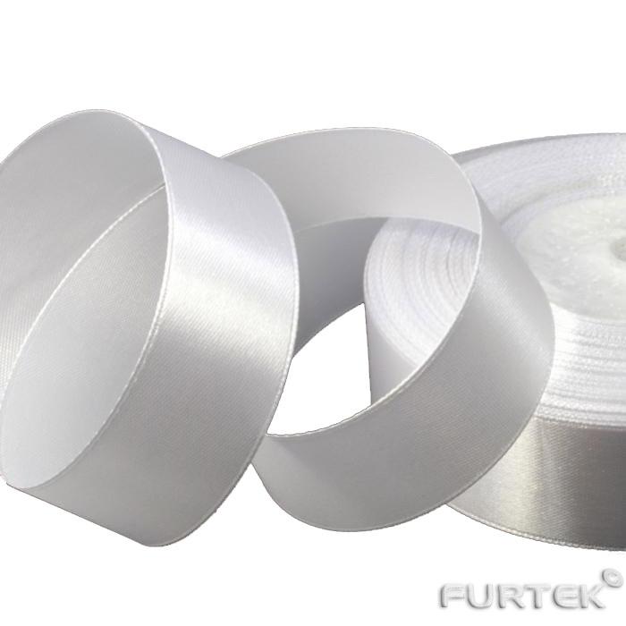 Образец белой двухсторонней сатиновой ленты с тканым краем шириной 35 мм