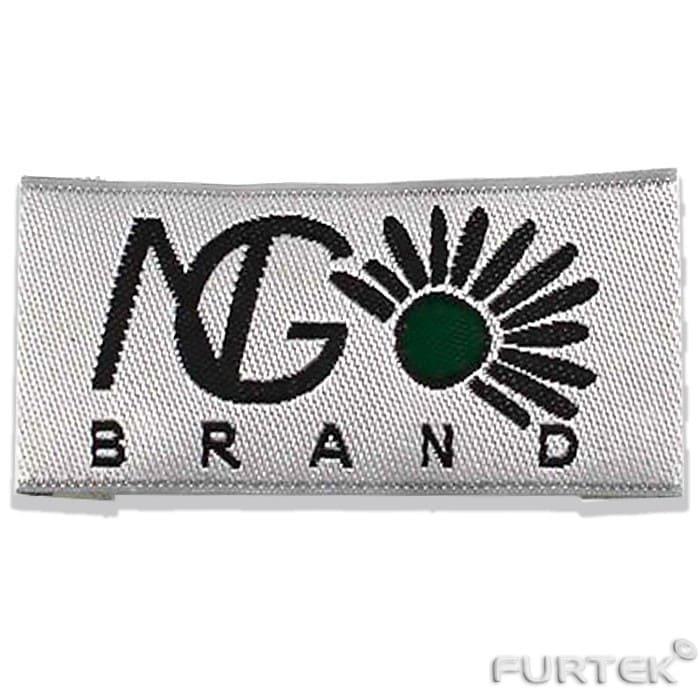 жаккардовая этикетка с логотипом NG brand прямоугольной формы со сгибами по бокам для крепления к одежде.