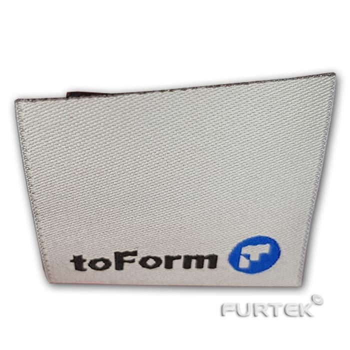 Жаккардовая белая этикетка со сгибом toForm согнутая фото