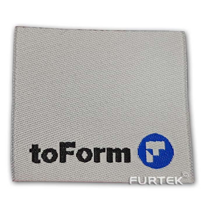 Жаккардовая белая этикетка со сгибом toForm фото