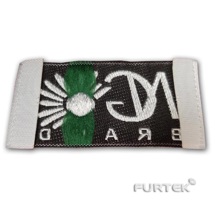 Жаккардовая этикетка белая с цветным логотипом, заутюженые края подгиба, фото
