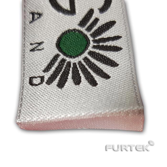 Жаккардовая этикетка с подгибом белого цвета, половина фото
