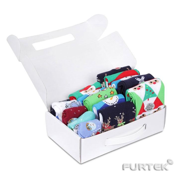 Производство картонных коробок с печатью. Коробка чемоданчик с ручкой из пластика в которой лежат носочки