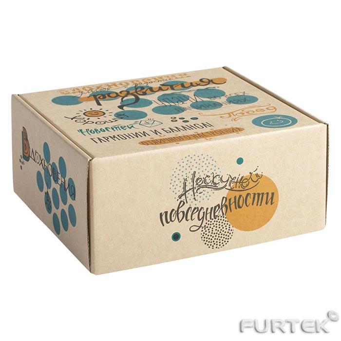 Картонная коробка с цветной печатью для упаковки одежды